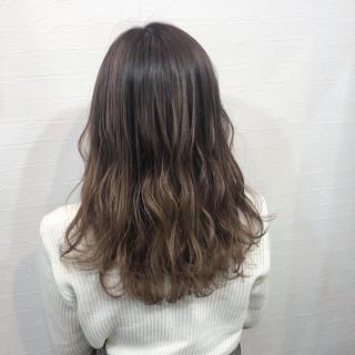 アッシュベージュ セミロング ナチュラルグラデーション グラデーション ヘアスタイルや髪型の写真・画像