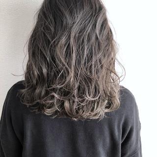 グレージュ ミディアム アッシュベージュ グラデーションカラー ヘアスタイルや髪型の写真・画像