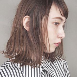 アッシュ ウェットヘア ナチュラル 切りっぱなし ヘアスタイルや髪型の写真・画像