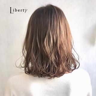 アッシュベージュ ナチュラル ミディアム 3Dハイライト ヘアスタイルや髪型の写真・画像