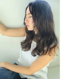 暗髪 センターパート 外国人風 パーマ ヘアスタイルや髪型の写真・画像