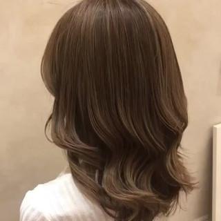 グラデーションカラー ナチュラル 巻き髪 セミロング ヘアスタイルや髪型の写真・画像