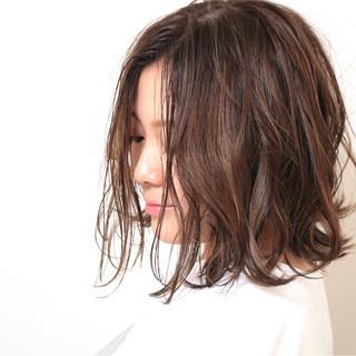 ミディアム ナチュラル 外国人風 ハイライト ヘアスタイルや髪型の写真・画像 ヘアスタイルや髪型の写真・画像