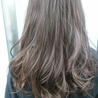 セミロング アンニュイ ナチュラル アッシュグレージュ ヘアスタイルや髪型の写真・画像