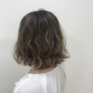 ハイライト コテ巻き 極細ハイライト アッシュベージュ ヘアスタイルや髪型の写真・画像