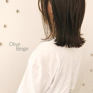 ナチュラル オリーブベージュ ミディアム ゆる巻き ヘアスタイルや髪型の写真・画像