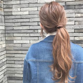 ローポニーテール ロング ポニーテール ベージュ ヘアスタイルや髪型の写真・画像