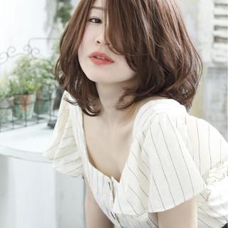 ウェーブ ニュアンス フェミニン ミディアム ヘアスタイルや髪型の写真・画像
