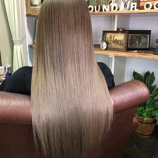 アッシュベージュ セミロング グラデーションカラー ミルクティーベージュ ヘアスタイルや髪型の写真・画像