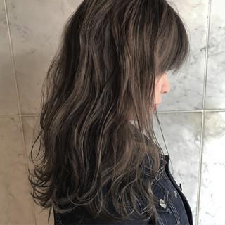 セミロング ハイライト アッシュ グレージュ ヘアスタイルや髪型の写真・画像