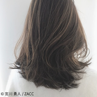 ミディアム センターパート ハイライト ミルクティー ヘアスタイルや髪型の写真・画像