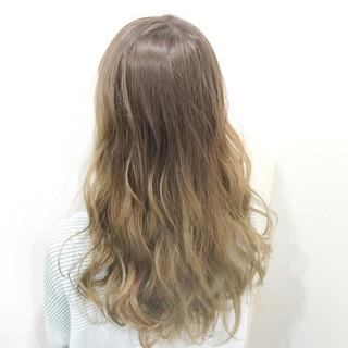 アッシュベージュ フェミニン グラデーションカラー ブリーチ ヘアスタイルや髪型の写真・画像