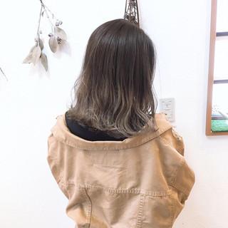 ミルクティーベージュ 波ウェーブ グレージュ ミディアム ヘアスタイルや髪型の写真・画像 ヘアスタイルや髪型の写真・画像