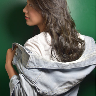 グレーアッシュ ハイライト ナチュラル ゆるふわ ヘアスタイルや髪型の写真・画像