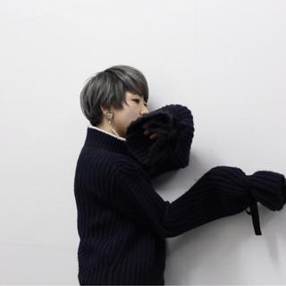 ショートボブ ハイトーン ダブルカラー グレー ヘアスタイルや髪型の写真・画像