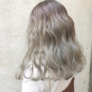 シルバー バレイヤージュ シルバーアッシュ セミロング ヘアスタイルや髪型の写真・画像