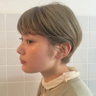 ショートボブ ナチュラル オリーブベージュ ブリーチカラー ヘアスタイルや髪型の写真・画像