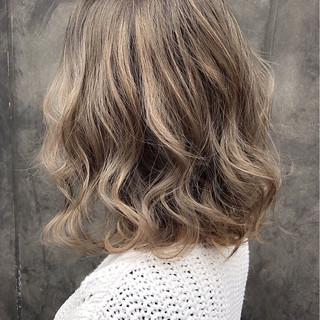 ミディアム パーマ ミルクティー アッシュ ヘアスタイルや髪型の写真・画像