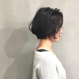 オリーブグレージュ ヘアカラー 前下がりショート ナチュラル ヘアスタイルや髪型の写真・画像