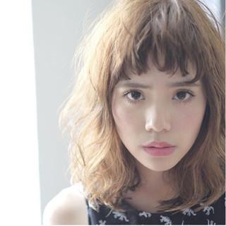フリンジバング ミディアム 前髪あり ハイライト ヘアスタイルや髪型の写真・画像