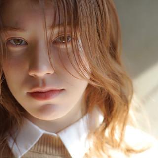 ピンクベージュ アンニュイほつれヘア ナチュラル オーガニック ヘアスタイルや髪型の写真・画像