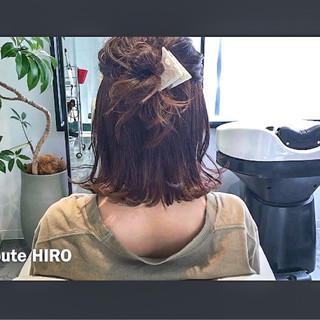 ナチュラル セルフヘアアレンジ ミディアム アウトドア ヘアスタイルや髪型の写真・画像