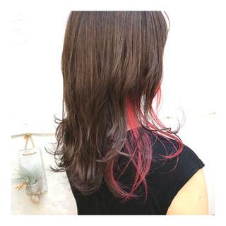 セミロング ストリート インナーカラーレッド レッド ヘアスタイルや髪型の写真・画像