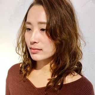 フェミニン ミディアム パーマ ゆるふわパーマ ヘアスタイルや髪型の写真・画像