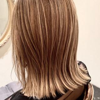 ミディアム 大人ハイライト 極細ハイライト ナチュラル ヘアスタイルや髪型の写真・画像