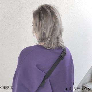 ウルフカット ミディアム ホワイト ハイトーン ヘアスタイルや髪型の写真・画像