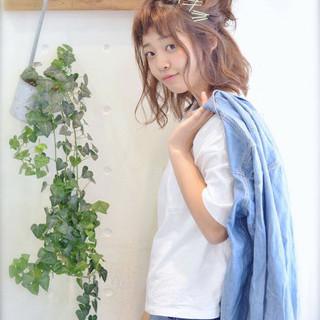 ヘアピン ヘアアレンジ オン眉 ミディアム ヘアスタイルや髪型の写真・画像