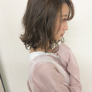 オリーブアッシュ くすみカラー グレージュ 波ウェーブ ヘアスタイルや髪型の写真・画像