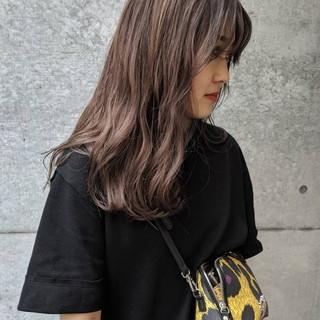 ロング ミルクティーベージュ センターパート ラベンダー ヘアスタイルや髪型の写真・画像