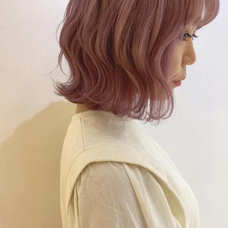 ピンクベージュ ハイトーンカラー フェミニン ボブ ヘアスタイルや髪型の写真・画像