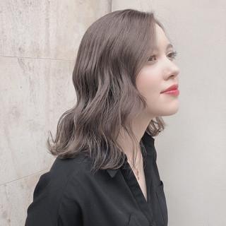 ミディアム ミルクティーベージュ アッシュグレージュ ハイトーンカラー ヘアスタイルや髪型の写真・画像