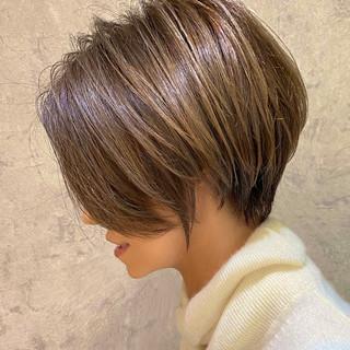 ナチュラル ミルクティーグレージュ ショート 大人ハイライト ヘアスタイルや髪型の写真・画像