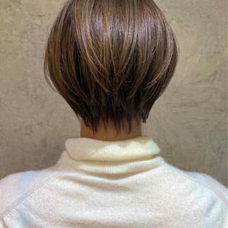 ナチュラル ミルクティーグレージュ ショート 大人ハイライト ヘアスタイルや髪型の写真・画像 | BUMP 銀座 川島 工 / BUMP 銀座