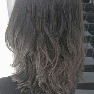ストリート 外国人風 グレージュ ブリーチ ヘアスタイルや髪型の写真・画像 ヘアスタイルや髪型の写真・画像