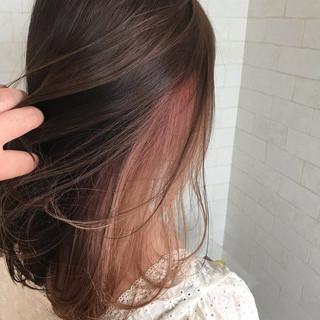 ガーリー ミディアム アンニュイほつれヘア インナーカラー ヘアスタイルや髪型の写真・画像