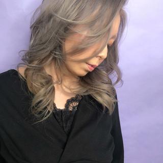ホワイトグレージュ ストリート セミロング デザインカラー ヘアスタイルや髪型の写真・画像