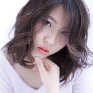 暗髪 ミディアム フェミニン ナチュラル ヘアスタイルや髪型の写真・画像