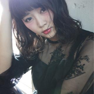 斜め前髪 色気 ミディアム リラックス ヘアスタイルや髪型の写真・画像