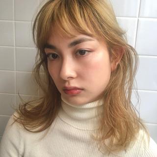 ベージュ ブリーチカラー ゆるふわパーマ 透明感カラー ヘアスタイルや髪型の写真・画像