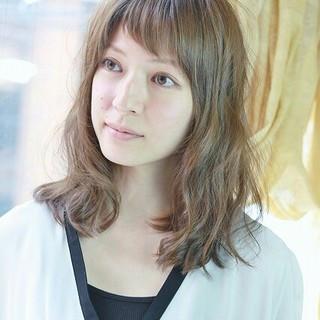 ミディアム ガーリー フェミニン 外国人風 ヘアスタイルや髪型の写真・画像 ヘアスタイルや髪型の写真・画像