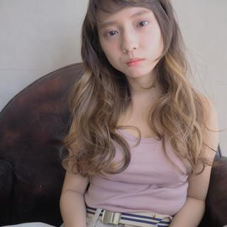 ウェーブ ロング フェミニン 外国人風 ヘアスタイルや髪型の写真・画像 ヘアスタイルや髪型の写真・画像