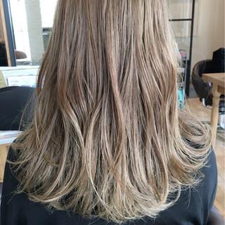 ミディアム イルミナカラー ハイライト ハイトーン ヘアスタイルや髪型の写真・画像