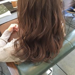 ミディアム グレージュ ゆるふわ イルミナカラー ヘアスタイルや髪型の写真・画像