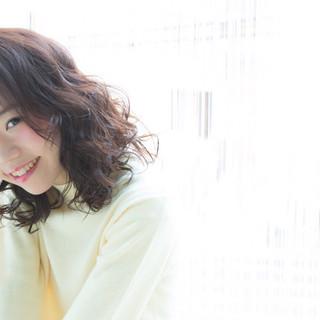 外国人風 暗髪 ガーリー ゆるふわ ヘアスタイルや髪型の写真・画像