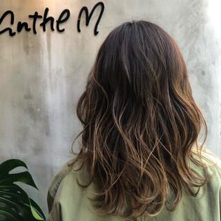 セミロング 波ウェーブ グラデーションカラー ハイライト ヘアスタイルや髪型の写真・画像