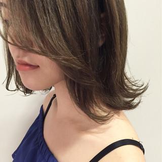 ミディアム 外ハネ グラデーションカラー くせ毛風 ヘアスタイルや髪型の写真・画像